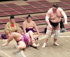 朝乃山(右)は、上手投げで、照ノ富士に敗れる