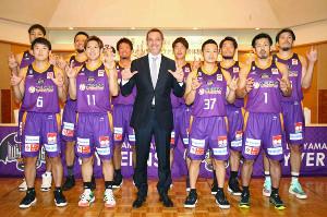 新体制発表会見に臨んだ山形ワイヴァンズのライコビッチHC(前列中央)と日本人選手たち