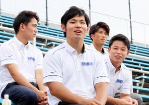 兄の近大・佐藤輝明の試合をスタンドで観戦する関学大の太紀内野手(左から2人目)