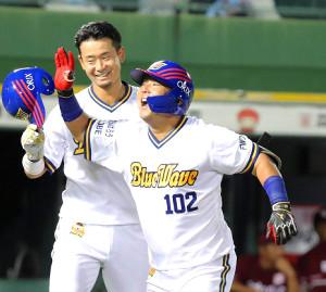 プロ初本塁打を放ち笑顔で生還した大下誠一郎(カメラ・義村 治子)