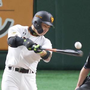 4回無死二塁、中前適時打を放つ丸佳浩(カメラ・宮崎 亮太)