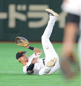 9回1死一、二塁、近本の打球を好捕して二塁に送球する吉川尚(カメラ・中島 傑)