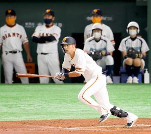 2回2死一、三塁、吉川尚が中前適時打を放つ