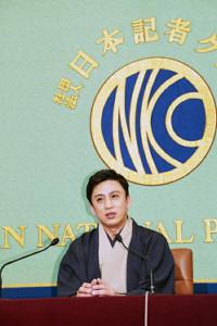 日本記者クラブで会見した松本幸四郎