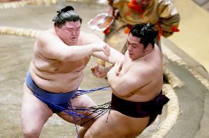 遠藤を押し出しで下した正代(左)(カメラ・矢口 亨)