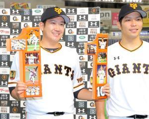 開幕11連勝を達成した菅野は「11」のオブジェを手に笑顔を見せた(カメラ・橋口 真)