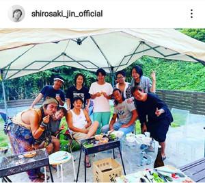 後列左から2番目が城咲仁。自身のインスタグラム(@shirosaki_jin_official)より