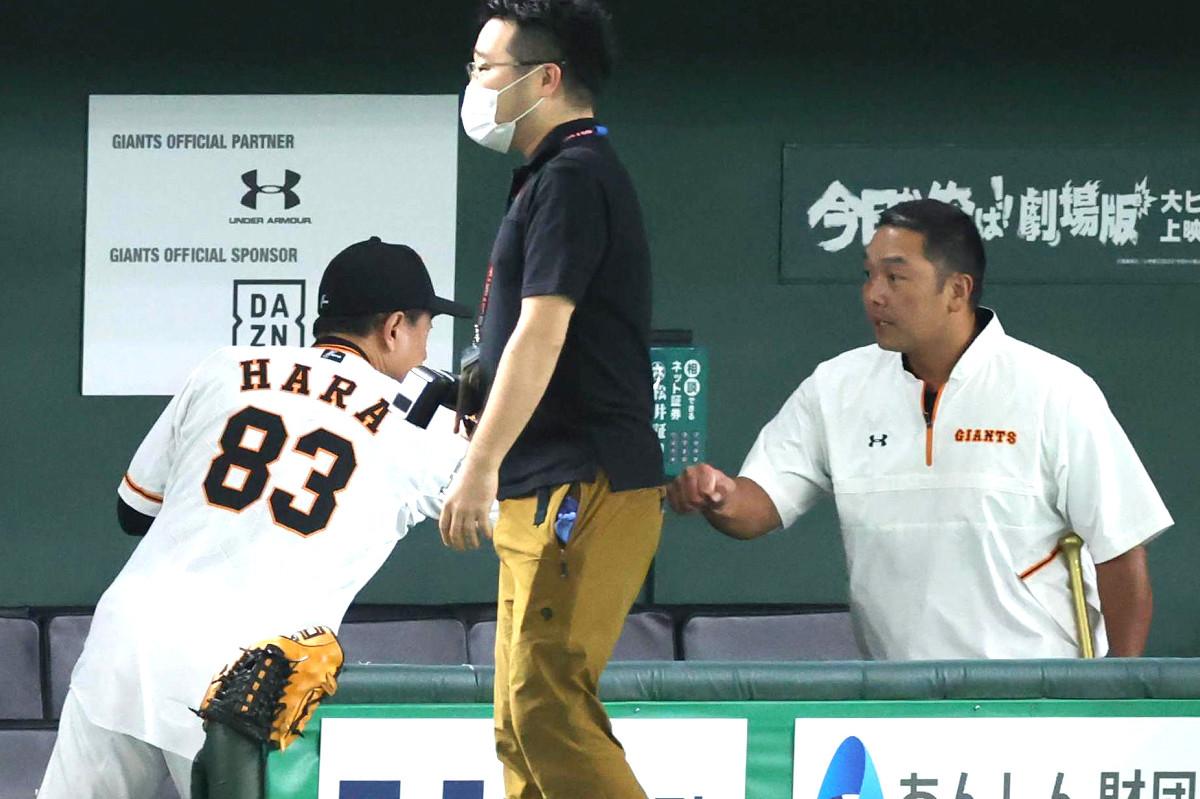 試合前、原監督(左)にあいさつする阿部慎之助1軍ヘッドコーチ代行