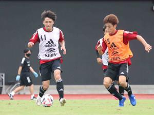 紅白戦でプレーするFW斉藤光毅(左)とMF川崎颯太