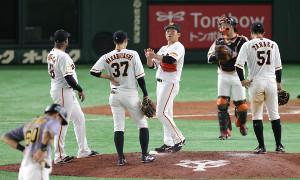 8回1死二、三塁、スコアボードを見つめる田口麗斗(中)(カメラ・宮崎 亮太)