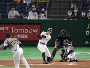 6回1死一塁、右中間二塁打を放つ若林晃弘(投手は小林慶祐、捕手は梅野隆太郎=カメラ・宮崎 亮太)