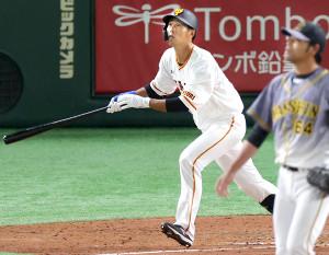 5回無死一、二塁、右越え3ラン本塁打を放つ立岡宗一郎(投手は桑原謙太朗=カメラ・宮崎 亮太)