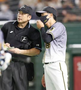 8回、選手交代を告げる阪神・矢野監督