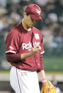 7回、投球練習を終えた涌井秀章は治療のためにベンチに戻る