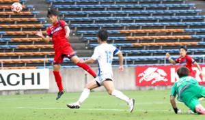 後半32分、チーム3点目を決めるいわきFC・滝沢(左)(カメラ・有吉 広紀)