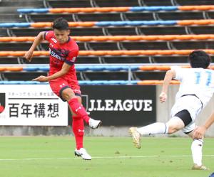 前半29分、先制点となる右足シュートを決めるいわきFC・松本