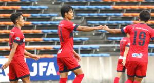 3点目を決め、チームメートとグータッチで喜ぶいわきFC・滝沢(中)