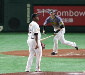 9回1死一塁、大山悠輔(右)に左越え2ラン本塁打を許すデラロサ(カメラ・宮崎 亮太)