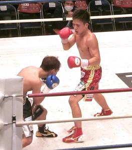 内田勇気(左)を攻める昨年の全日本ミニマム級新人王・森且貴