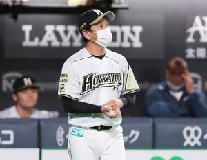 7回1死満塁、投手交代を告げた栗山監督