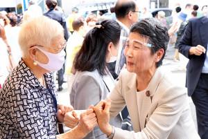 夫が首相に選出され支持者にあいさつする真理子夫人