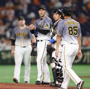 3回、マウンドに集まる青柳晃洋(左から2人目)ら阪神ナイン(カメラ・相川 和寛)