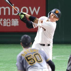 3回2死一塁、青柳(手前)から二塁内野安打を放つ丸佳浩(カメラ・宮崎 亮太)