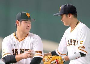 岡本和真(左)と坂本勇人