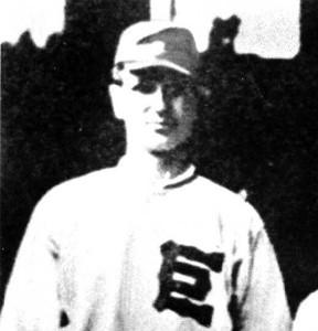 「巨」マークのついたユニホームを着用した巨人・須田博(スタルヒン)投手。1943年撮影