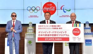 贈呈式に出席した(左から)コカ・コーラの高橋オリバーGM、JOCの山下泰裕会長、JPCの鳥原光憲会長