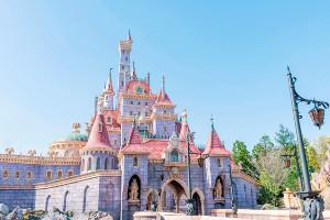 公開された「美女と野獣の城」の画像(C)Disney