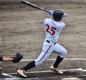 初回、左越えへ先制本塁打を放った日大・長濱