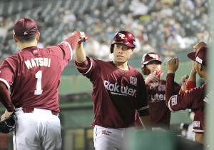 3回2死一塁、田中和基は先制2ランを放ち、松井裕樹(左)とタッチをかわす