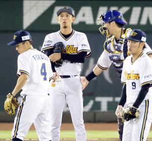 4回、増井浩俊(左から2人目)のもとに集まるナイン