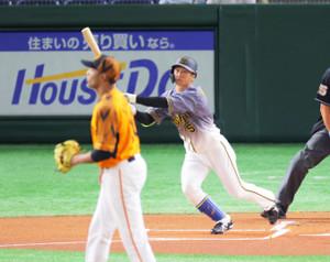 1回無死、近本が右越えに初球先頭打者本塁打を放つ(投手・サンチェス)