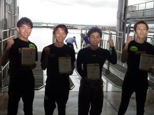 G1初勝利を挙げた4人は仲良くびわこに飛び込んだ。左から大塚康雅、黒野元基、村上遼、井上忠政