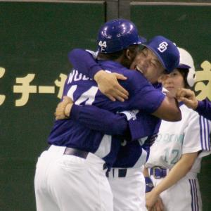 2006年10月10日の巨人・中日22回戦。中日のタイロン・ウッズ(左)が47号満塁本塁打を放ち、中日・落合博満監督(左から2人目)と抱き合って喜ぶ