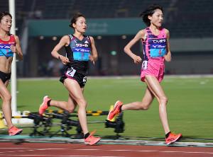 全日本実業団対抗選手権女子1万mに出場した(右から)前田穂南と一山麻緒
