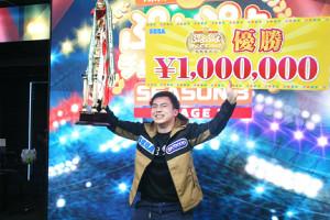 「ぷよぷよチャンピオンシップ SEASON3 STAGE1」で優勝したぴぽにあ選手は賞金100万円のボードとトロフィーを掲げ笑顔