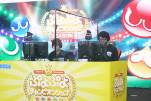 3年目の「ぷよぷよチャンピオンシップ」が開幕。対戦テーブルの中央には感染防止の ボードが置かれた