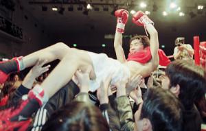 00年2月、東洋太平洋スーパーバンタム級王座を獲得、試合後に友人たちから胴上げされ笑顔を見せる