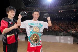 12年4月、強打者ビック・ダルチニャンを攻略し世界王座初防衛に成功。2人とも会心の表情を見せる
