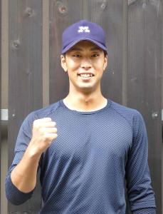 秋季リーグ開幕へ向けてポーズを決める明大・入江