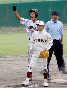 7回に逆転打を放ち、ガッツポーズをみせる仙台城南・倉片(左)(カメラ・有吉 広紀)