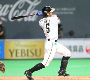 3回2死一、二塁、勝ち越しの2点適時二塁打を放つ大田