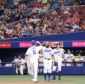 4回2死二、三塁、阿部寿樹(5)が先制の左越え3ラン本塁打を放ち、(手前2人目から)三塁走者・ソイロ・アルモンテ、二塁走者・高橋周平らに迎えられる