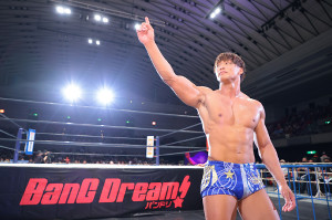 オカダ・カズチカを下しG1初戦を飾った飯伏幸太は試合後、NO1ポーズ(新日本プロレス提供)