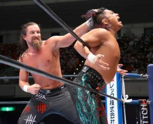 7か月ぶりの日本リングで鷹木信悟を下し、G1初戦を飾ったジェイ・ホワイト(左=新日本プロレス提供)