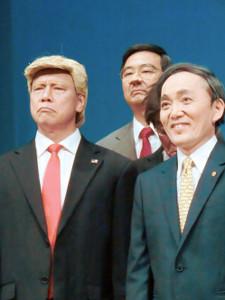 「ザ・ニュースペーパー」公演。写真撮影では本家より早く、日米トップのツーショットが実現。スガ首相(山本天心)(右)とトランプ大統領(松下アキラ)。後方はなぜか志位カズオ(土谷ひろし)