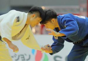 昨年の柔道グランドスラム、男子66キロ級決勝で丸山城志郎(左)と激しい攻防を見せる阿部一二三。阿部が金メダルを獲得した
